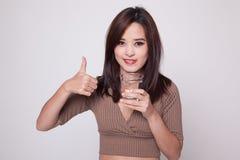 Młode Azjatyckie kobiet aprobaty z szkłem woda pitna Zdjęcia Royalty Free