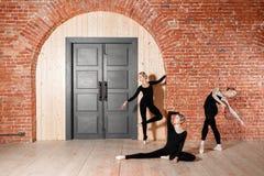 Młode balerin dziewczyny Kobiety przy próbą w czarnych bodysuits Przygotowywa teatralnie występ Zdjęcia Stock