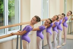 Młode baleriny wykonuje baletów ćwiczenia Obrazy Stock