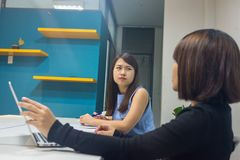 Młode biurowe kobiety dyskutują o pracie w biurze zdjęcie stock