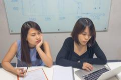 Młode biurowe kobiety pracuje na laptopie i raporcie w biurze fotografia stock
