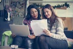 Młode biznesowe kobiety pracuje przy biurem zdjęcie royalty free
