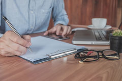 Młode biznesowego mężczyzna ręki z pióra writing Zdjęcia Royalty Free
