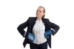 Młode biznesowej kobiety mienia ręki na stronach w bokserskich rękawiczkach Fotografia Royalty Free
