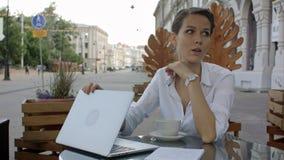 Młode biznesowej kobiety pracy na laptopie w cukiernianym konu praca obraz royalty free