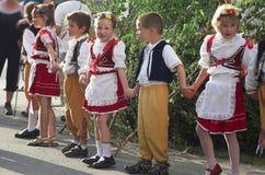 Młode chłopiec i dziewczyn dzieci, świętuje sping tradycyjną ludową ceremonię Maj Zdjęcia Royalty Free