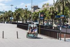 Młode chłopiec ma zabawę w riksza w Barcelona Zdjęcia Stock