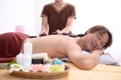 Młode chłopiec są relaksujące z zdroju traktowaniem i masażem Zdjęcie Royalty Free