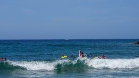 Młode chłopiec surfuje fala Karaiby plaża na pięknym słonecznym dniu Obraz Royalty Free