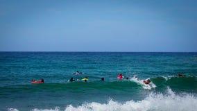 Młode chłopiec surfuje fala Karaiby plaża na pięknym słonecznym dniu Zdjęcia Stock