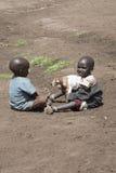 Młode chłopiec z kózką, Maasi wioska, Ngorongoro Conservationa Ar Zdjęcia Royalty Free