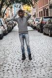 Młode, czarne modniś pozy dla szczerej fotografii w NYC, Obrazy Royalty Free