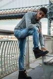 Młode, czarne modniś pozy dla szczerej fotografii w NYC, Obraz Royalty Free