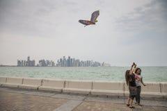 Młode damy z kanią przy Doha Corniche obrazy stock
