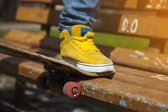 Młode deskorolkarz nogi jeździć na deskorolce przy skatepark outdoors Zdjęcie Royalty Free