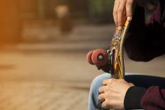 Młode deskorolkarz nogi jeździć na deskorolce przy skatepark outdoors Obraz Royalty Free