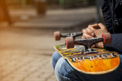 Młode deskorolkarz nogi jeździć na deskorolce przy skatepark outdoors Obrazy Stock