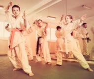 Młode dzieci ćwiczy karate ruchy Obraz Stock