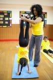 Młode dzieci biorą joga klasę z ich nauczycielem Zdjęcie Royalty Free