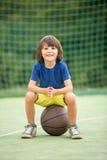 Młode dzieci bracia i ich ojciec bawić się koszykówkę, fotografia stock