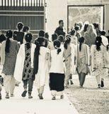 Młode dzieci chodzi wpólnie kończy definitywnego egzaminu unikalną redakcyjną fotografię Bangladesz Obrazy Stock