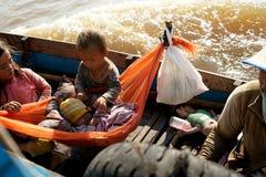 Młode dzieci w łodzi. Tonle Aprosza jezioro. Kambodża. zdjęcia stock