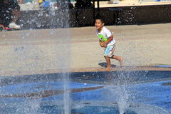 Młode dziecko bawić się w wodnej fontannie, Hollywood plaża, Miami, 2014 Zdjęcia Stock