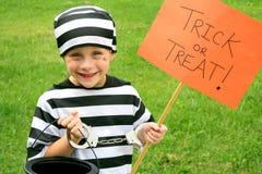 Młode Dziecko Ubierający w Halloweenowym Kostiumowym częstowaniu Zdjęcia Royalty Free
