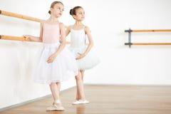 Młode dziewczyny ćwiczy tana w białym studiu obraz royalty free