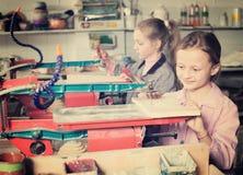 Młode dziewczyny ćwiczy umiejętności przy drewnianym cyzelowaniem Zdjęcia Royalty Free