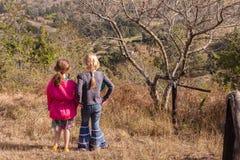 Młode Dziewczyny Bada pustkowie rezerwę Zdjęcie Royalty Free