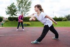 Młode dziewczyny bawić się koszykówkę zdjęcia royalty free