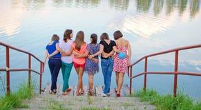 Młode dziewczyny duży grupa Zdjęcia Royalty Free