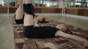 Młode dziewczyny grżą up w gym Ćwiczenia w rytmicznych gimnastykach zdjęcie wideo