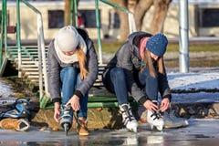 Młode dziewczyny jeździć na łyżwach na Jeziornym Balaton w Węgry Zdjęcie Royalty Free