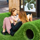Młode dziewczyny relaksuje na ławce w Genewa Fotografia Stock