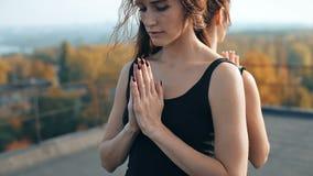Młode dziewczyny robi joga pise namaste zbliżeniu, pranamasana zdjęcie wideo
