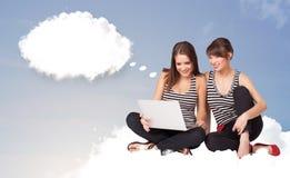 Młode dziewczyny siedzi na chmurze i główkowaniu abstrakcjonistyczny mowy bub Obrazy Royalty Free