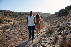 Młode dziewczyny spaceruje w górę drogi przemian Fotografia Stock