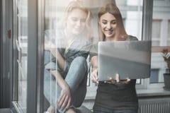 Młode dziewczyny używa laptop przy pracą Obraz Stock