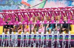 Młode dziewczyny w Dirndl w fairground przejażdżce Zdjęcie Royalty Free
