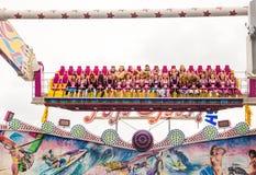 Młode dziewczyny w Dirndl w fairground przejażdżce Fotografia Stock