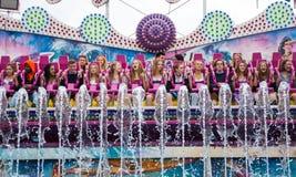 Młode dziewczyny w Dirndl w fairground przejażdżce Zdjęcia Stock