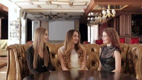 Młode dziewczyny w pięknych sukniach, siedzący w rozmowie i kawiarni zbiory wideo
