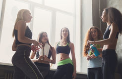 Młode dziewczyny w sportswear gawędzeniu przed joga klasą Obraz Stock