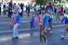 młode gimnastyczki demonstrują zasługujących medale Fotografia Royalty Free