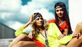 Młode hipis kobiet dziewczyny w lato słonecznym dniu w jaskrawym kolorowym płótnie Fotografia Royalty Free