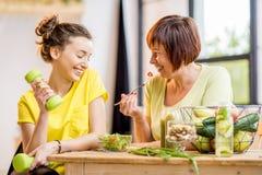 Młode i stare kobiety z zdrowym jedzeniem indoors obrazy stock