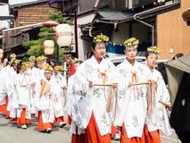 Młode Japońskie dziewczyny i miko sintoizm pristesses ubierali Zdjęcia Stock