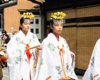 Młode Japońskie dziewczyny i miko sintoizm pristesses ubierali Obrazy Stock